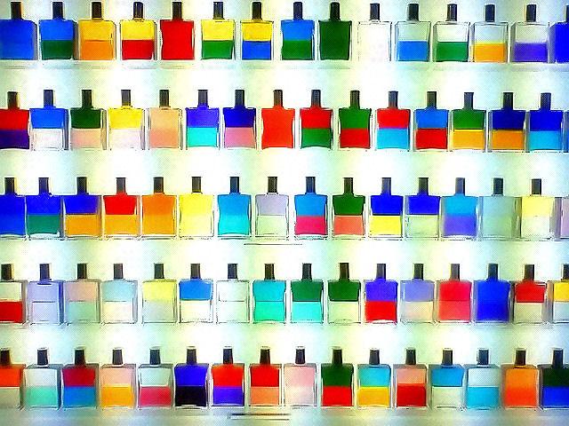 Bild: commons wikimedia - Equilibrium bottles of Aura Soma -by harunoakatuki